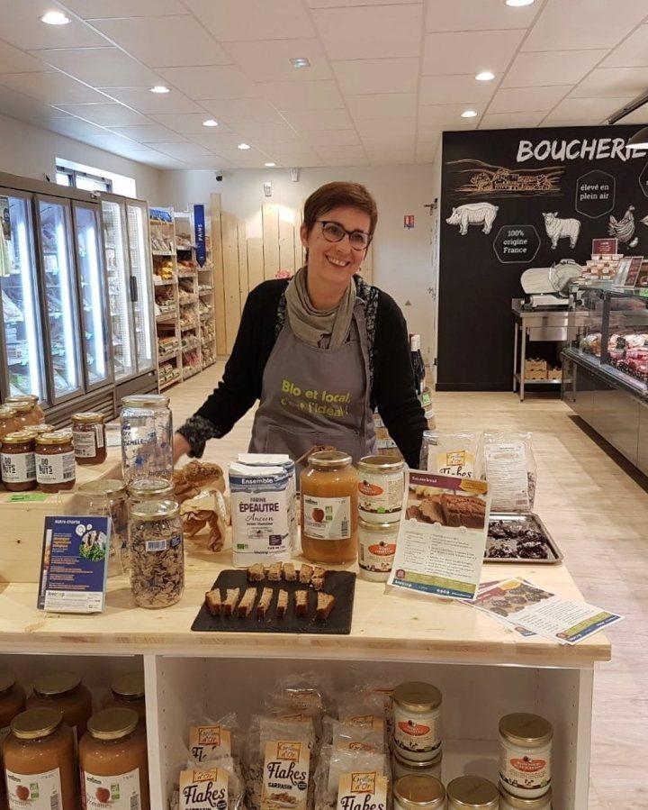 Marielle, animatrice culinaire, en pleine dégustation au Fenouil Biocoop Antarès, qui fêtait ses 20 ans d'ancienneté au Fenouil