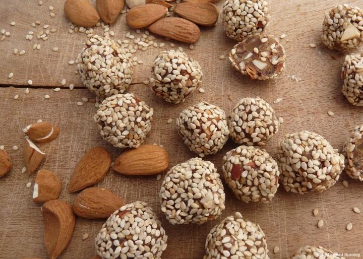Balles d'énergie aux dattes, amandes et gingembreconfit