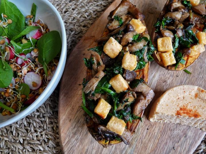 Patates douces farcies aux épinards, aux champignons et au «fromage» végétalpimenté