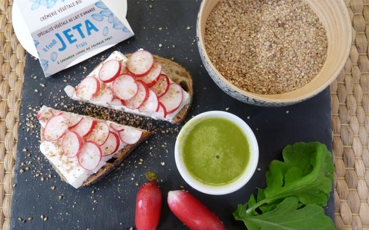Soupe de fanes de radis et bruschetta au «fromage» végétal