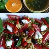 Salade de pâtes à l'italienne, poivrons grillés et sauce aux agrumes