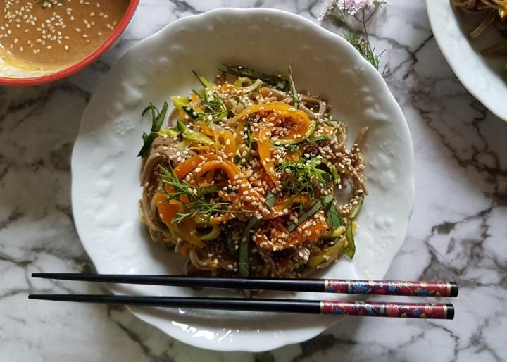 Nouilles soba vegan aux spirales de légumes et saucesésame
