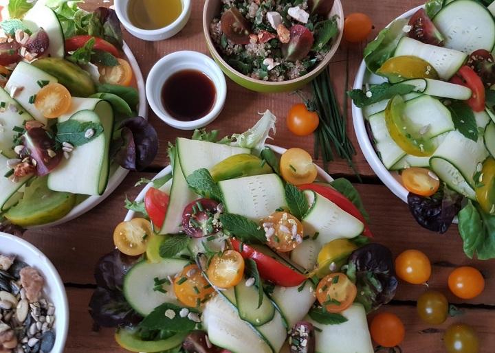 Salade fraîcheur de rubans de courgettes, tomates cerises et grainesoléagineuses