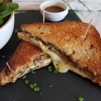 Croque-monsieur à l'aubergine grillée, au fromage Carré des Écluses et au jambon