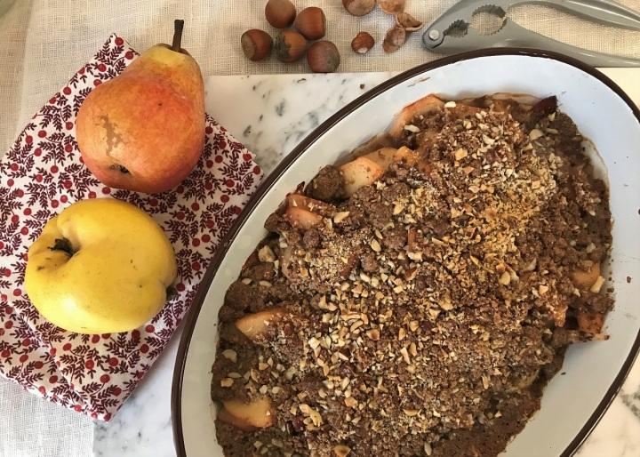 Crumble aux poires, aux coings et auxnoisettes