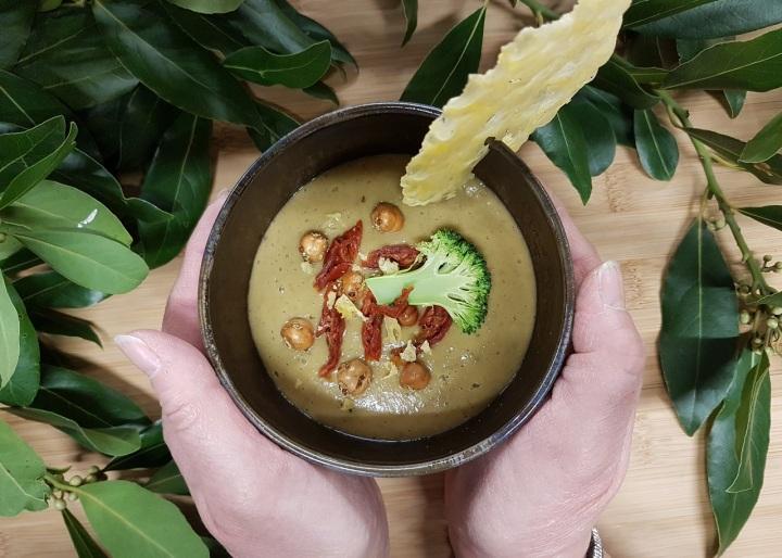 Soupe crémeuse de brocoli aux lentilles vertes et tuile defromage