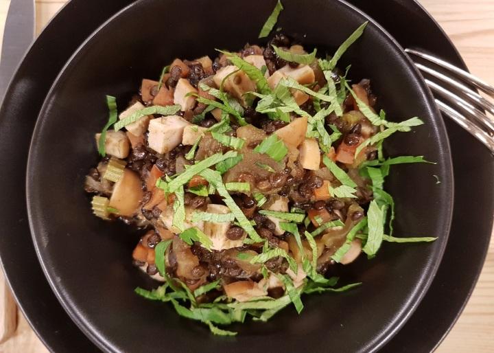 Lentilles beluga façon risotto, pomme cuite et saucisses deFrancfort
