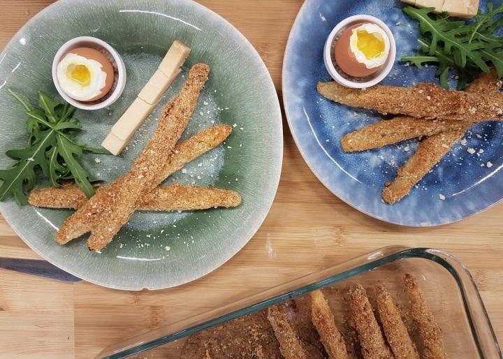 Asperges panées au parmesan et œufs à lacoque