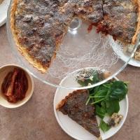 Quiche au thon, tomates séchées, moutarde à l'ancienne et graines de pavot