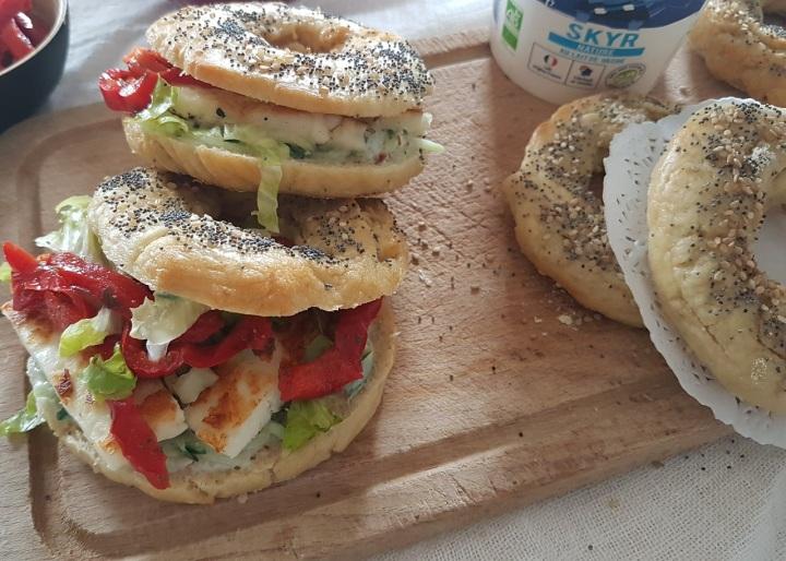 Bagels végétariens au tzatzíki, au fromage grec grillé et aux poivronsmarinés