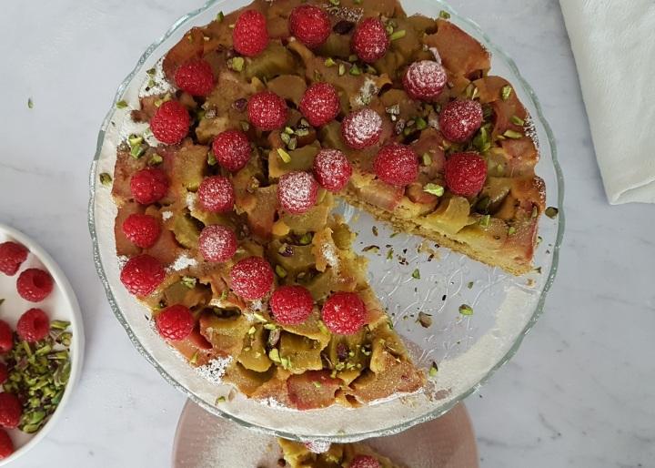 Gâteau moelleux à la rhubarbe, aux framboises et aux pistaches (sans gluten, sanslait)