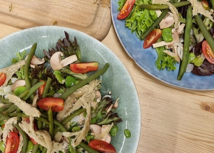 Salade César vegan au seitan et aux petits légumes desaison