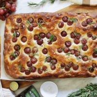 Focaccia d'automne : noix, fromage bleu, raisin et romarin